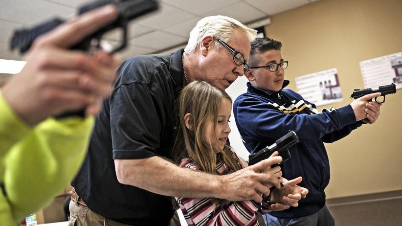 Tote durch Waffengewalt: In einem Waffengeschäft im US-Bundesstaat Illinois wird Kindern gezeigt, wie sie eine Pistole bedienen.