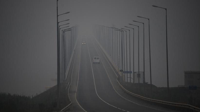 Waldbrände: Der Rauch der Waldbrände liegt über einer Brücke in der Nähe von Bogutschany.