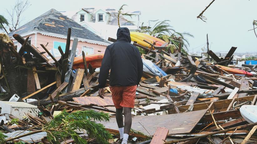 Bahamas: Ein Mann läuft über die durch Hurrikan Dorian entstandenen Trümmern.