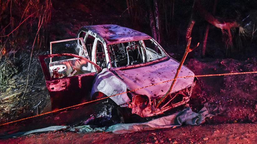 Friedensabkommen: Das ausgebrannte Auto, in dem Karina Garcia und die fünf weiteren Opfer des Angriffs unterwegs waren.