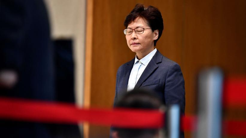 Hongkong: Sie will Regierungschefin in Hongkong bleiben und hat dabei auch immer noch die große Unterstützung aus Peking: die von der Demokratiebewegung kritisierte Carrie Lam.