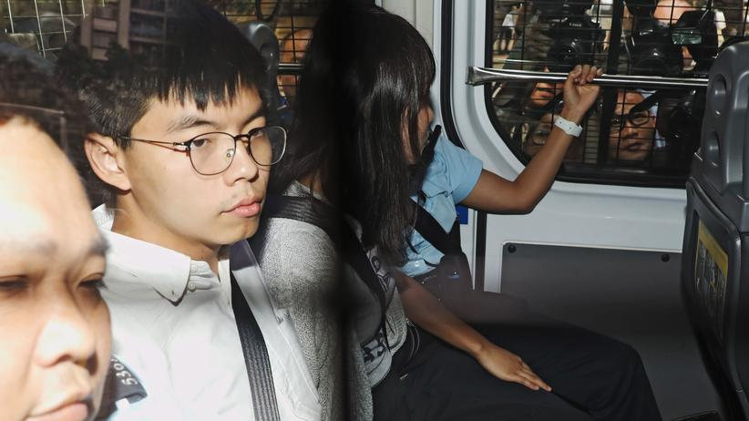 Hongkong: Die Aktivisten Joshua Wong (links) und Agnes Chow auf dem Weg zu einem Gerichtstermin, nachdem sie am Wochenende in Hongkong kurzzeitig festgenommen worden waren.