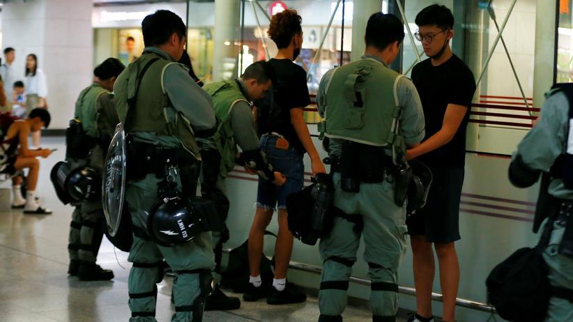 Hongkong: Polizisten führen in der U-Bahn von Hongkong Personenkontrollen durch