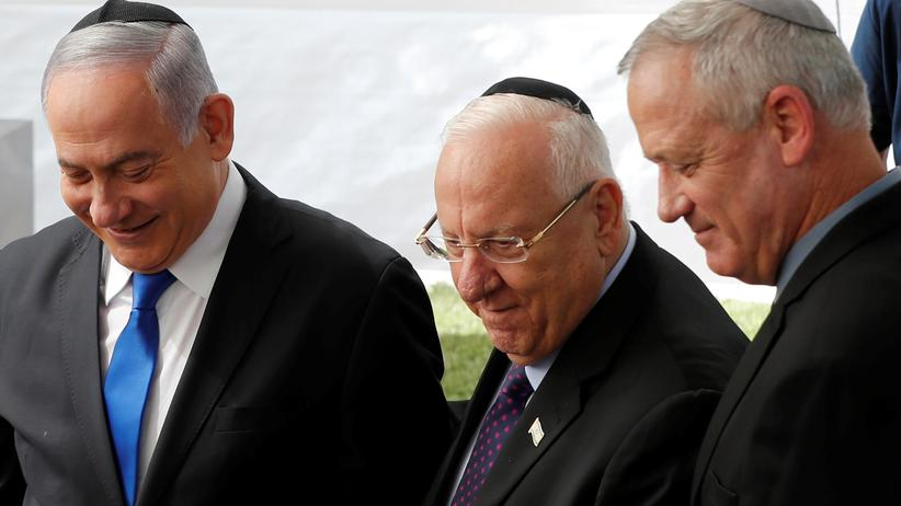 Israel: Israels Präsident Reuven Rivlin (Mitte) mit Ministerpräsident Benjamin Netanjahu und Herausforderer Benny Gantz bei einer Gedenkveranstaltung für seinen verstorbenen Vorgänger Shimon Peres.