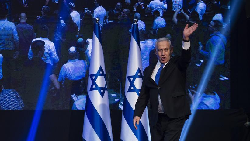Israels Premier Benjamin Netanjahu betritt die Bühne, nachdem am Wahltag die Ergebnisse von Wählerbefragungen bekannt gegeben wurden.