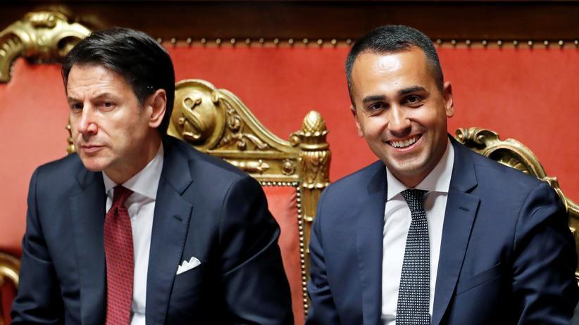 Italien: Premierminister Giuseppe Conte mit Italiens Vizepremier Luigi di Maio (von links)
