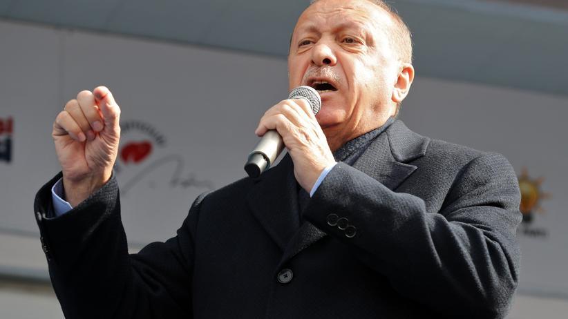 Militär: Recep Tayyip Erdoğan auf einer Wahlkampfveranstaltung der Regierungspartei AKP im März 2019