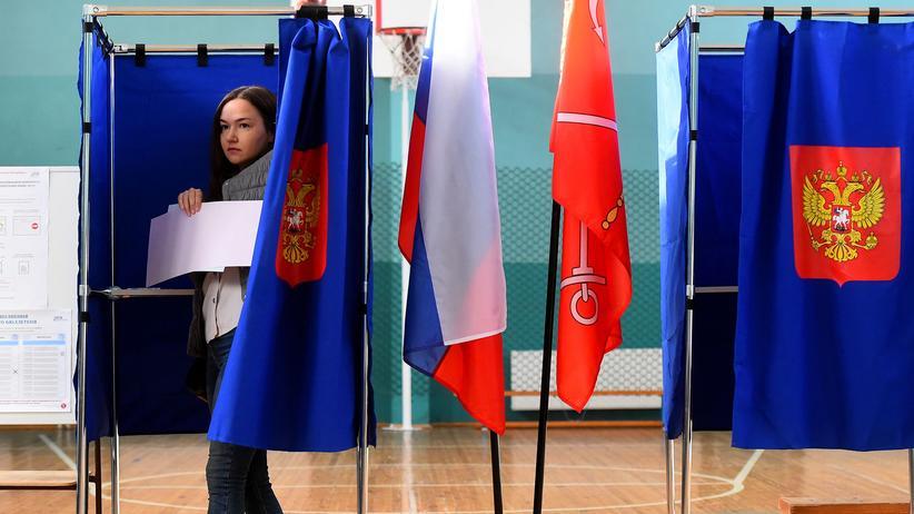 Russland: Eine Frau in einer Wahlkabine in St. Petersburg