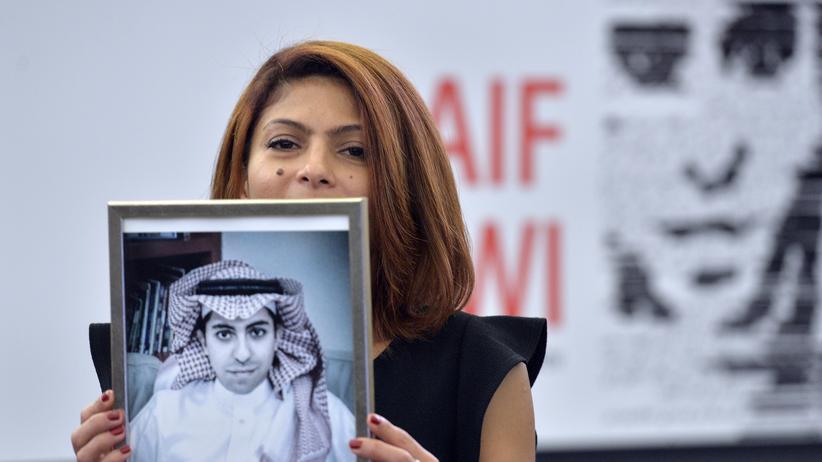 Saudi-Arabien: Ensaf Haidar mit einem Bild ihres Mannes Raif Badawi (Archivbild von 2015)