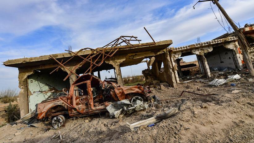 Syrien: Ein zerstörtes Auto in der Region Deir Essor im Osten Syriens