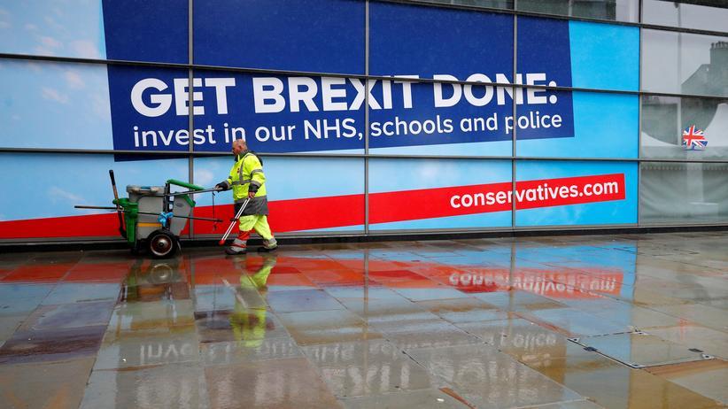 """Tory-Parteitag: Den Brexit zu """"erledigen"""" und """"in unser Gesundheitssystem, Schulen und die Polizei"""" zu investieren – das verspricht dieses Wahlplakt der konservativen Partei vor dem Parteitag in Manchester."""