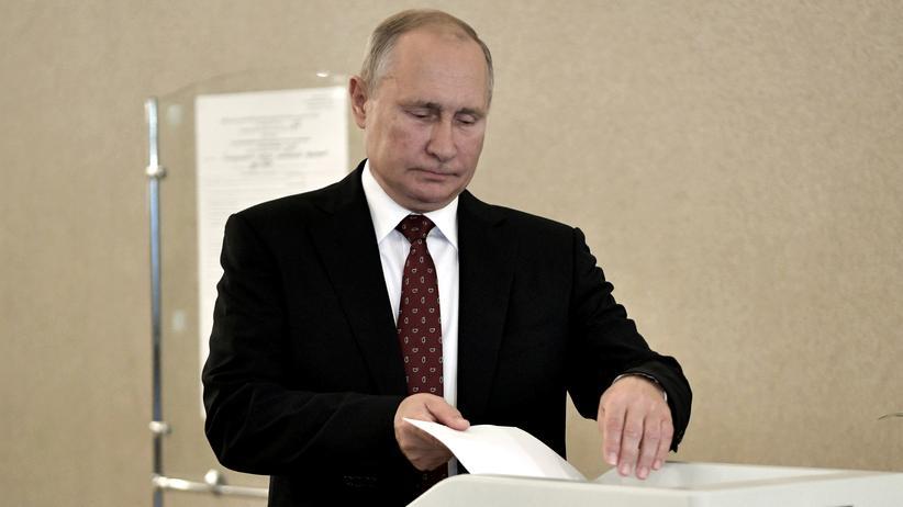 Regionalwahlen in Russland: Russlands Präsident Wladimir Putin bei der Stimmabgabe am Sonntag