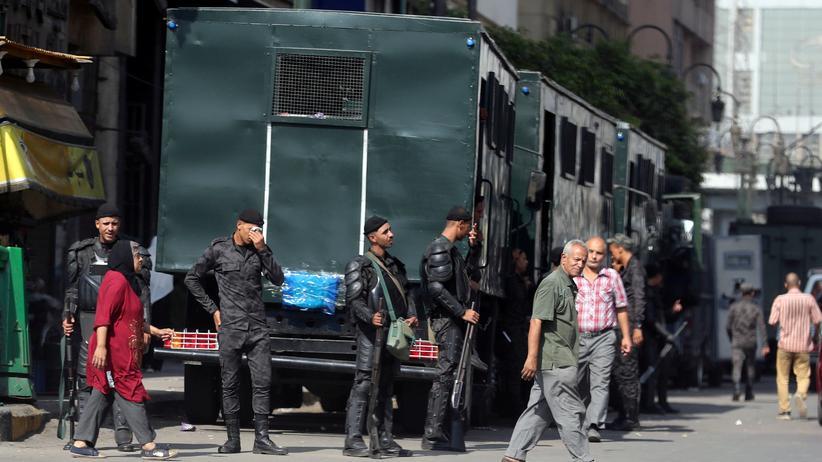Ägypten: Polizisten beobachten Passanten in der Innenstadt von Kairo.