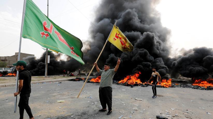 Irak: Menschen demonstrieren in Bagdad vor brennenden Reifen