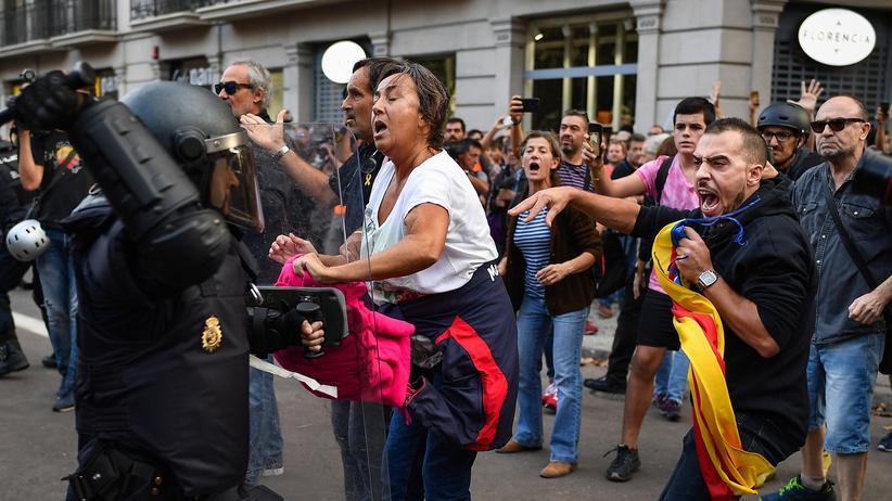Barcelona: Polizeikräfte gehen gegen Demonstranten vor.