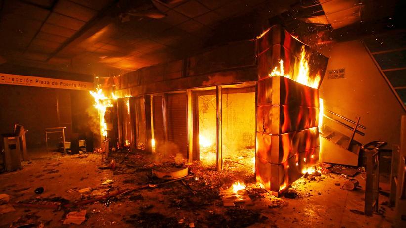 Chile : In einigen U-Bahn-Stationen wurde von den Demonstrierenden Feuer gelegt.