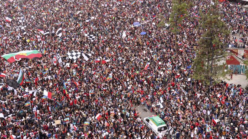 Chile: Fast eine Million Menschen haben in Chiles Hauptstadt Santiago de Chile gegen ihren Präsidenten protestiert.
