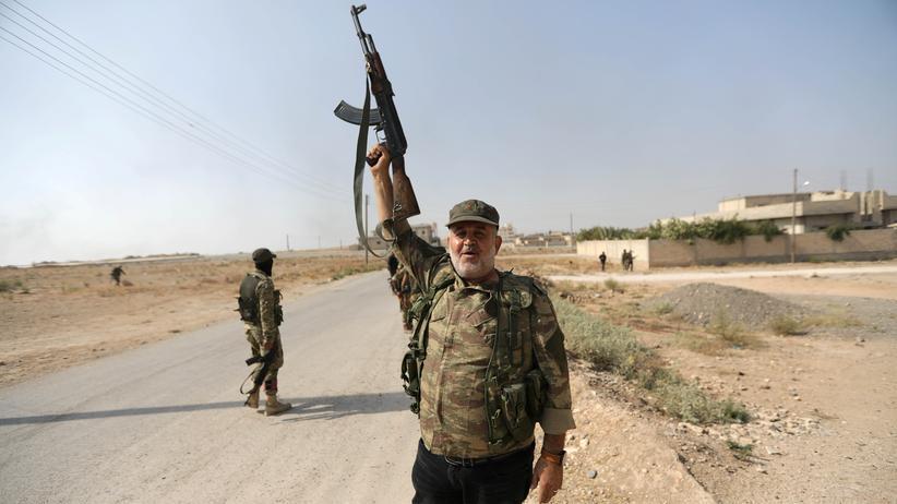 EU-Länder: Ein syrischer Rebell, der für die Türkei kämpft, in der Grenzstadt Tall Abjad