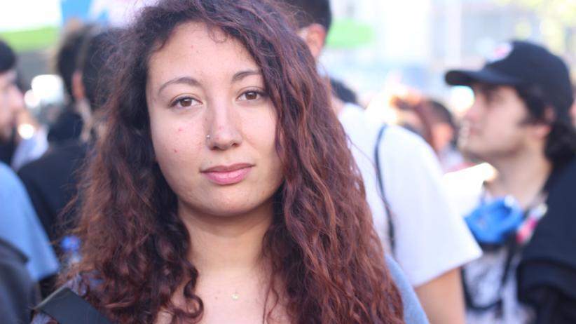 Die Demonstrantin Gianina Araya protestiert am Montag gegen die chilenische Regierung in Santiago.