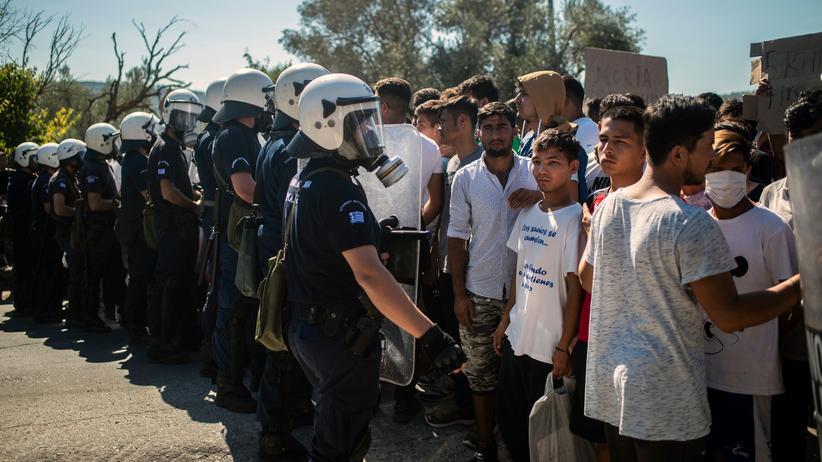 Griechenland: Bewohner des Flüchtlingscamps Moria auf der griechischen Insel Lesbos stehen während einer Demonstration gegen ihre Lebensbedingungen Polizisten gegenüber.