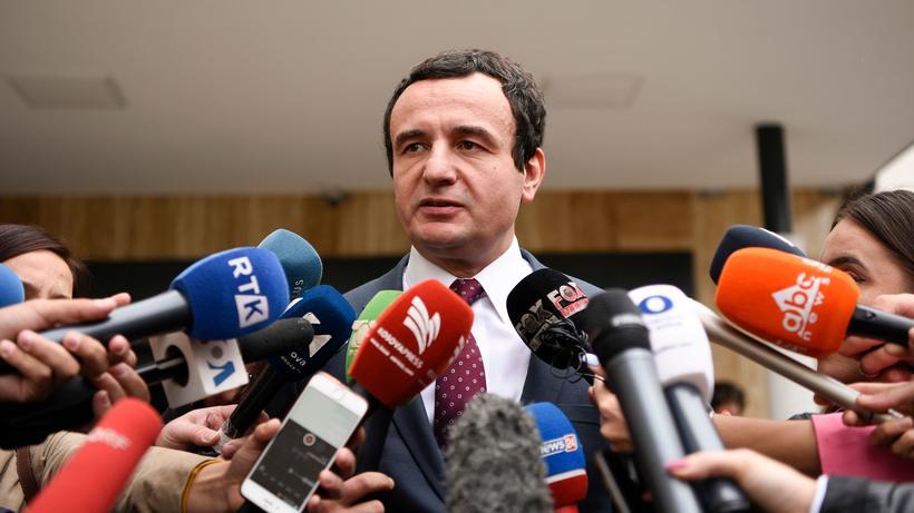 Parlamentswahl : Oppositionspolitiker Albin Kurti, Chef der Linkspartei Vetevendosje (Selbstbestimmung) im Gespräch mit Journalisten nach Schließung der Wahllokale.