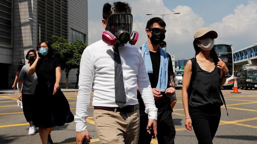 Massenproteste: Demonstrantinnen und Demonstranten in Hongkong tragen Atemschutzmasken, um sich gegen den Einsatz von Tränengas durch die Polizei zu schützen.
