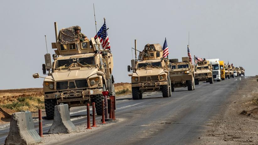 Nordsyrien: Ein Konvoi mit gepanzerten Fahrzeugen des US-Militärs fährt eine Straße bei der nordsyrischen Stadt Kamischli entlang (Archivbild).