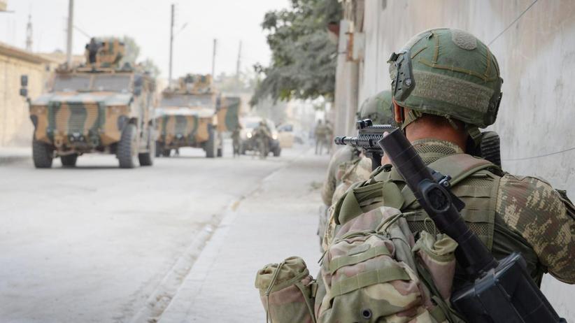 Nordsyrien: Ein türkischer Soldat überwacht Militäreinsätze in der umkämpften Stadt Ras al-Ain.