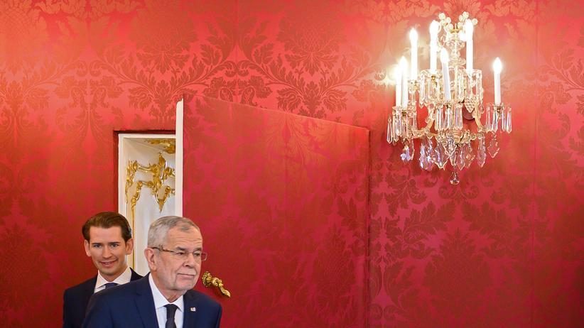 Österreich: Sebastian Kurz (links), ÖVP-Chef, und Alexander Van der Bellen (rechts), Bundespräsident Österreichs, verlassen die Hofburg Wien, nachdem Van der Bellen Kurz mit der Regierungsbildung beauftragt hat.