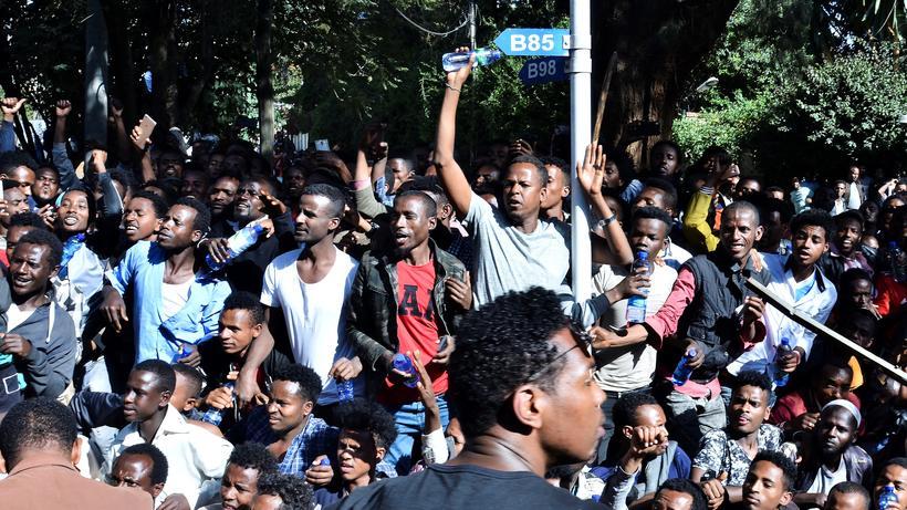 Äthiopien: Unterstützer des Regierungskritikers Jawar Mohammed versammeln sich in Äthiopiens Hauptstadt Addis Abeba vor dessen Haus.
