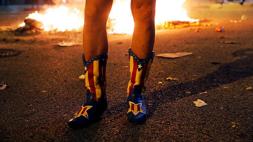 Proteste in Katalonien: Ein Demonstrant mit Cowboy-Stiefeln in den Farben der katalanischen Unabhängigkeitsbewegung