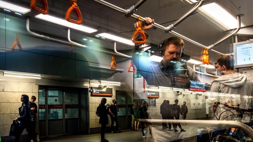 Russland: Passagiere in einem Bahnhof in Moskau