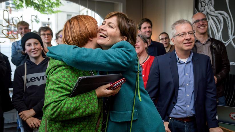 """Schweizer Parlamentswahlen: Erfolgreiche """"Klimawahl"""": Grünenchefin Regula Rytz (Mitte) freut sich über das Ergebnis der Hochrechnung für ihre Partei bei den Nationalratswahlen."""