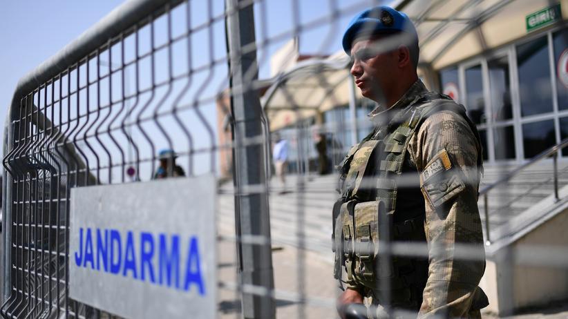 Festnahmen: Ein türkischer Wachmann vor einem Gericht.