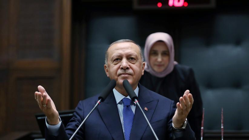 Türkei: Recep Tayyip Erdoğan bei einer Rede vor Abgeordneten seiner islamisch-nationalistischen AKP in Ankara