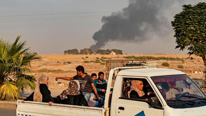 Türkische Militäroffensive: Zivilisten fliehen nach einem Angriff des türkischen Militärs auf die nordsyrische Stadt Ra's al-'Ain.