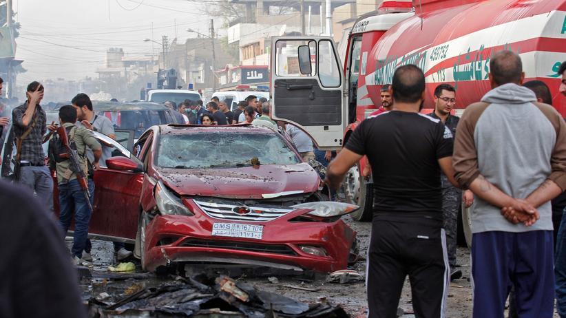 Türkische Militäroffensive: Menschen versammeln sich nach einer Explosion in der nordsyrischen Stadt Qamishli.