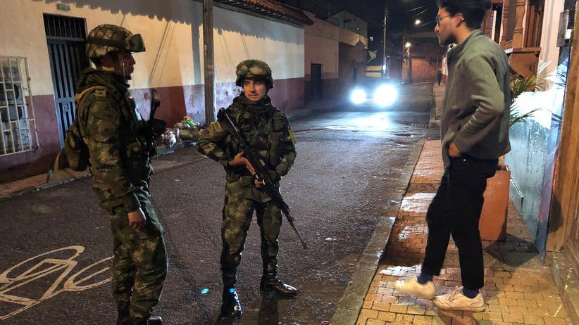 Kolumbien: Polizisten kontrollieren die Ausgangssperre in Kolumbiens Hauptstadt Bogotá.