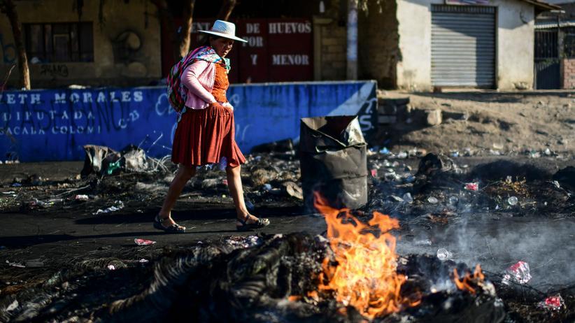 Bolivien: Eine Frau läuft in Cochabamba an Barrikaden von Morales' Anhängern vorbei