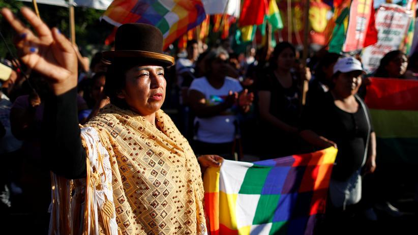 Bolivien: Eine Morales-Anhängerin vor Boliviens Botschaft in Buenos Aires, der Hauptstadt des Nachbarlands Argentinien