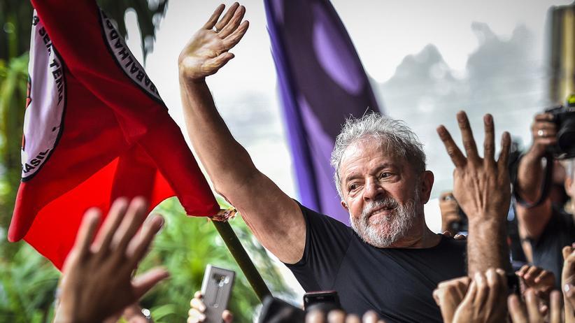 """Luiz Inácio da Silva: Luiz Inacio """"Lula"""" da Silva mit Unterstützern, im November 2019"""
