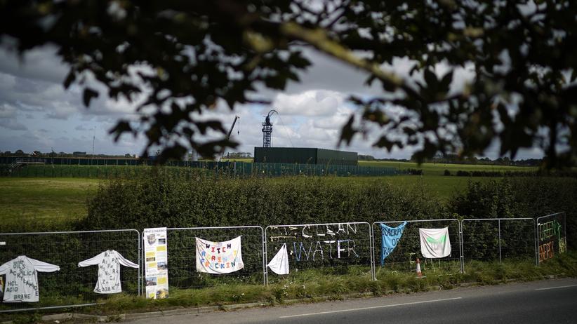 Erdbebengefahr: Plakate von Fracking-Gegnern nahe der britischen Stadt Blackpool