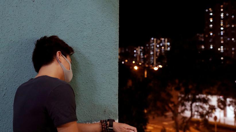 Demokratiebewegung: Ein Demonstrant in Hongkong trauert um einen verstorbenen Studenten, der während der Proteste von einem Gebäude gestürzt war.