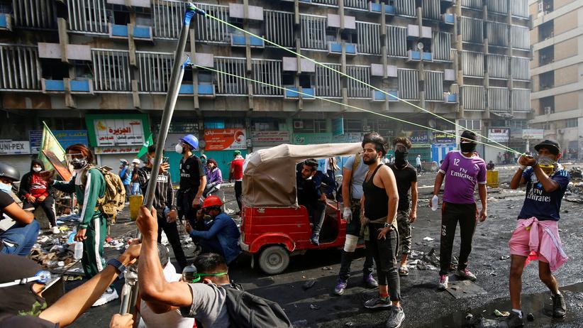 Irak: Protest in Bagdad: Demonstranten spannen eine Schleuder.