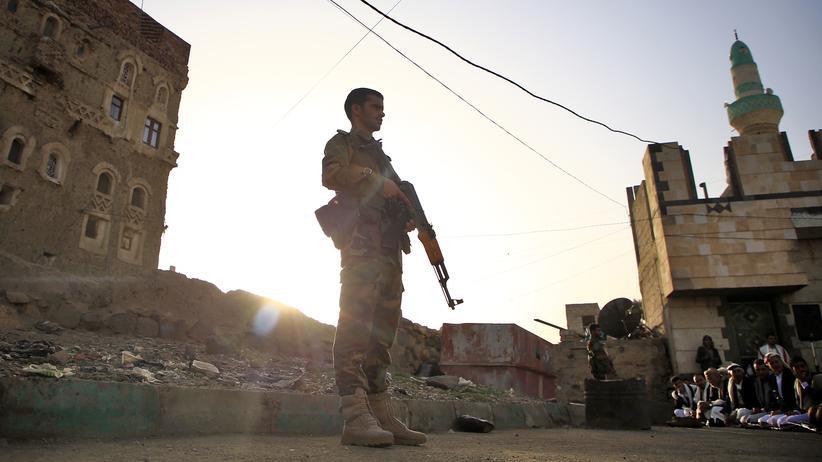Jemen: Ein Soldat, der auf Seiten der Huthi-Rebellen kämpft, bewacht ein Gebet. Die Huthis kämpfen weiter gegen die Regierung.