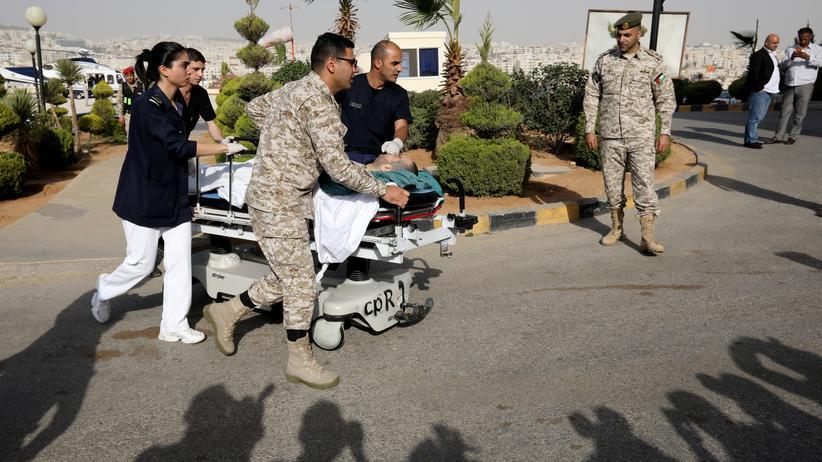Jordanien: Ein verletzter Tourist wird ins Krankenhaus der jordanischen Hauptstadt Amman gebracht.