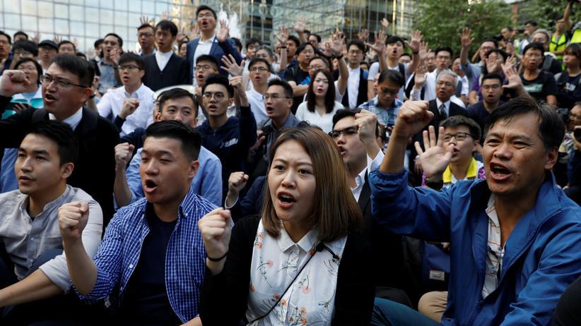 Kommunalwahlen in Hongkong: Neu gewählte prodemokratische Abgeordnete des Bezirksrats in Hongkong während einer Versammlung in der Nähe der Polytechnischen Universität