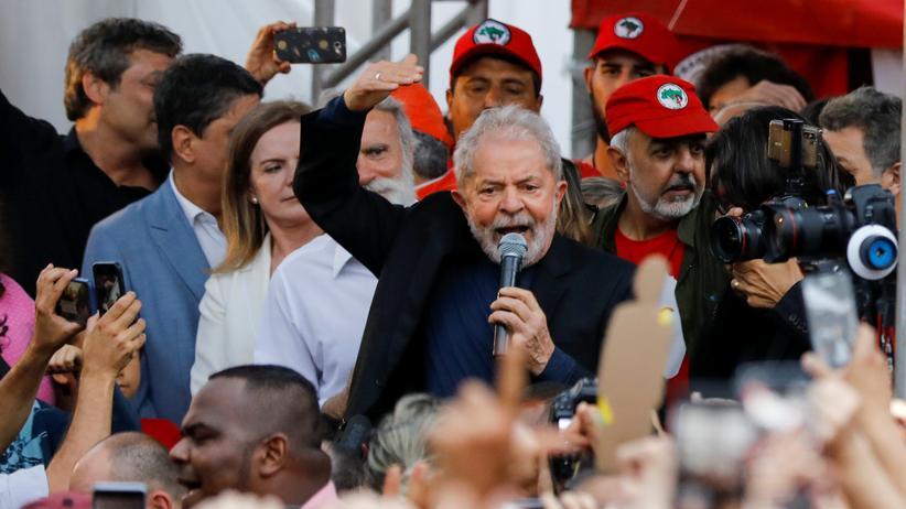 Luiz Inácio Lula da Silva: Brasiliens Ex-Präsident Luiz Inácio Lula da Silva hält nach seiner Freilassung eine Rede vor seinen Anhängern.