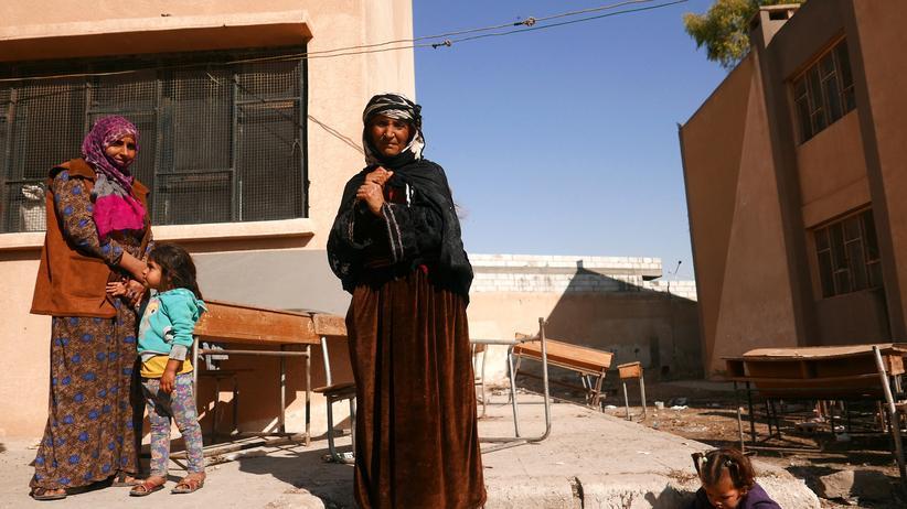 Nordsyrien: Geflüchtet vor Kämpfen in Tell Tamer: Frauen auf dem Hof einer Schule im nordsyrischen Hassaka, in der sie derzeit untergebracht sind.