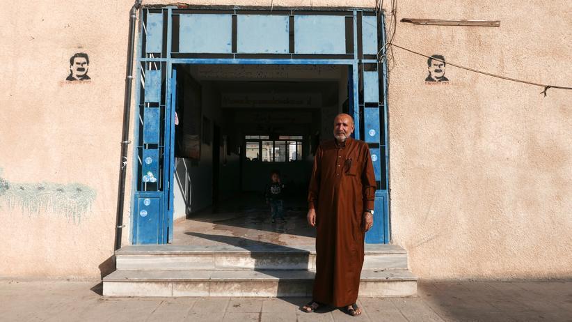 Nordsyrien: Hamid Ali Xalil ist mit seinen zwei Frauen und Kindern aus Ras al-Ain  geflohen. Sie sind in der Saad bin Waqas Schule untergebracht.